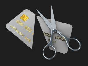 クレジットカードをハサミで切っている