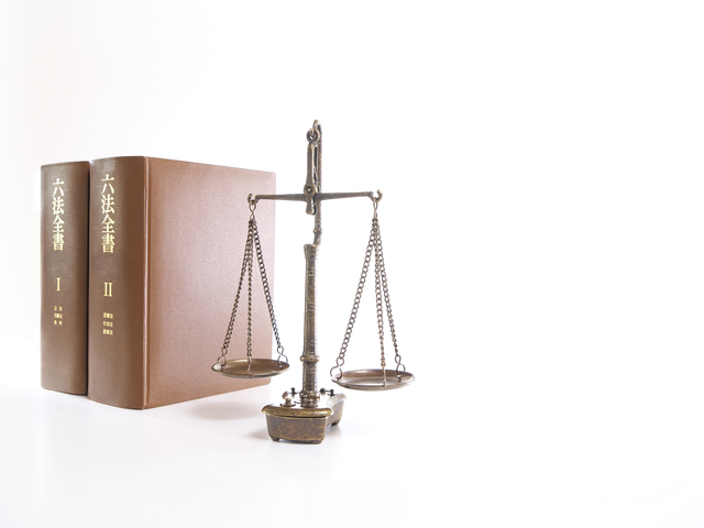 六法全書と天秤